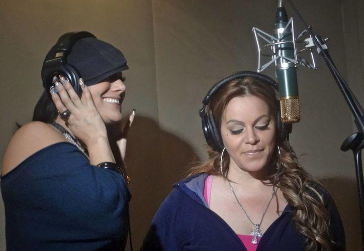 """Jenni Rivera (d) y Diana Reyes en una fotografía de 2012, durante la grabación del dueto """"Ajustando Cuentas"""" en Los Angeles, California. (Agencias)"""