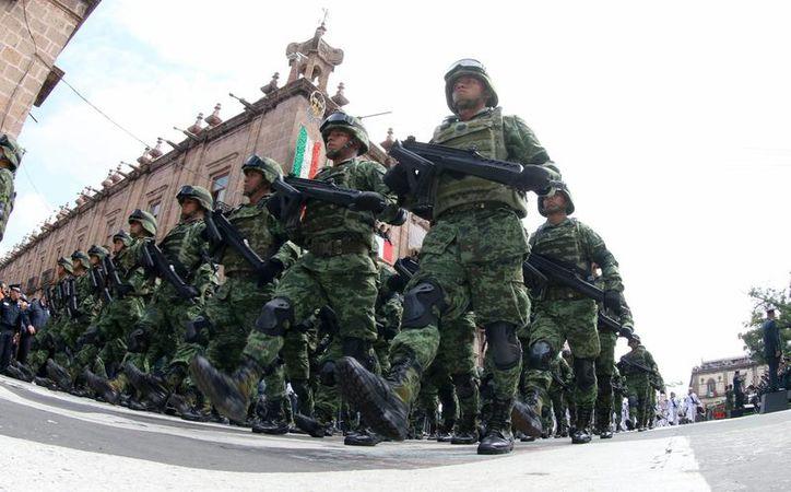 El Presidente de México dijo el martes 18 de octubre de 2016, que para 2018 el Ejército portará fusiles FX05 de fabricación mexicana. Imagen de contexto de un contingente del Ejército desfilando en Morelia, Michoacán, el pasado 30 de septiembre. (Archivo/Notimex)