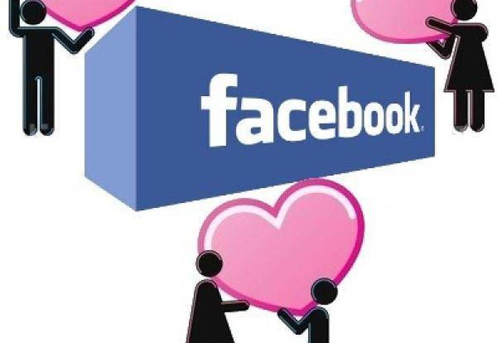Dos personas que acaban de iniciar una relación interactúan más en Facebook semanas antes de hacerlo 'oficial' y comparten casi dos mensajes por día. (Internet)