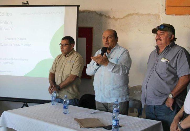 Carlos Berlín Montero, delegado de la Semarnat en el Estado, durante su participación en la reunión donde se presentó el proyecto de la Central Eólica de la Península. (Milenio Novedades)