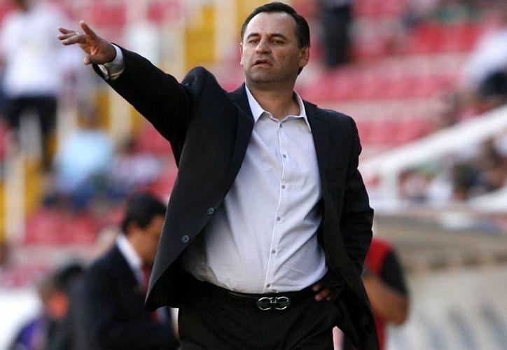 El argentino, Carlos Bustos, dejó de ser técnico de los Dorados de Sinaloa, luego de tomar la decisión este domingo junto con la directiva del club. (Archivo Mexsport)