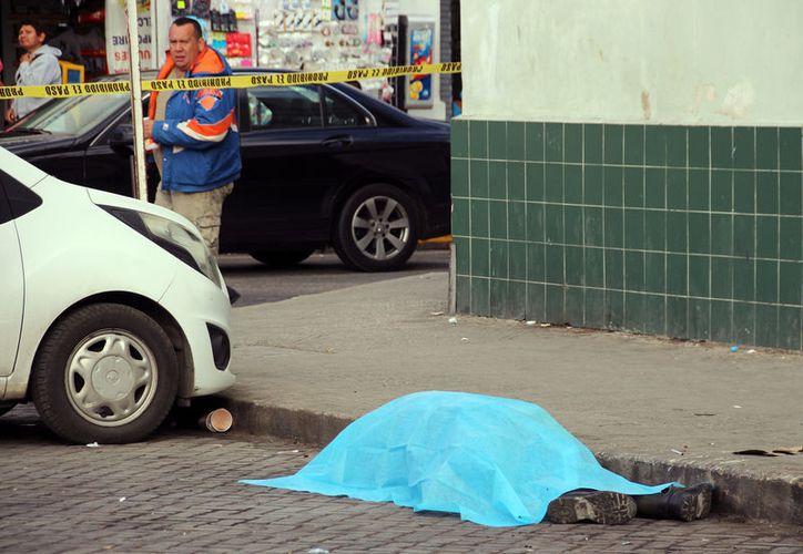 Trabajadores de la zona pensaron que el hombre estaba dormido. (Foto: Milenio Novedades)