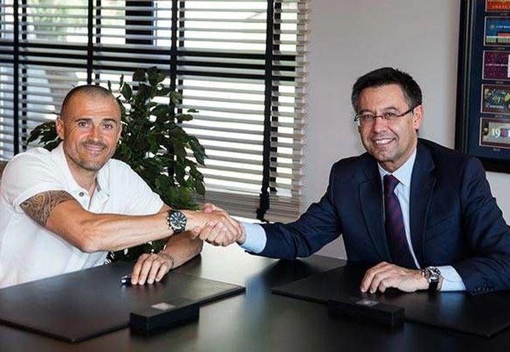 Luis Enrique (Izq.) se reunió esta mañana con Josep Bartomeu, presidente del club, para firmar su renovación de contrato hasta Junio de 2017. (Sitio oficial/FC Barcelona)