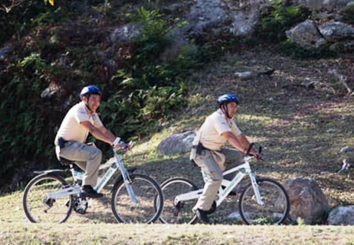 Los guardaparques cuentan con un radio comunicador que les permite estar comunicados con la Policía Municipal. (Archivo/Sipse)