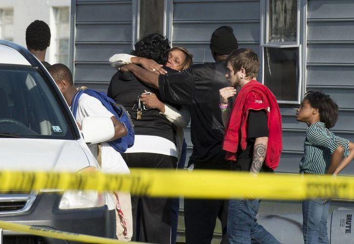 La policía encontró los cadáveres del hombre y sus siete hijos, dos hombres y cinco mujeres, luego de que compañeros de trabajo y amigos fueron a visitarlos sin respuesta. (AP)