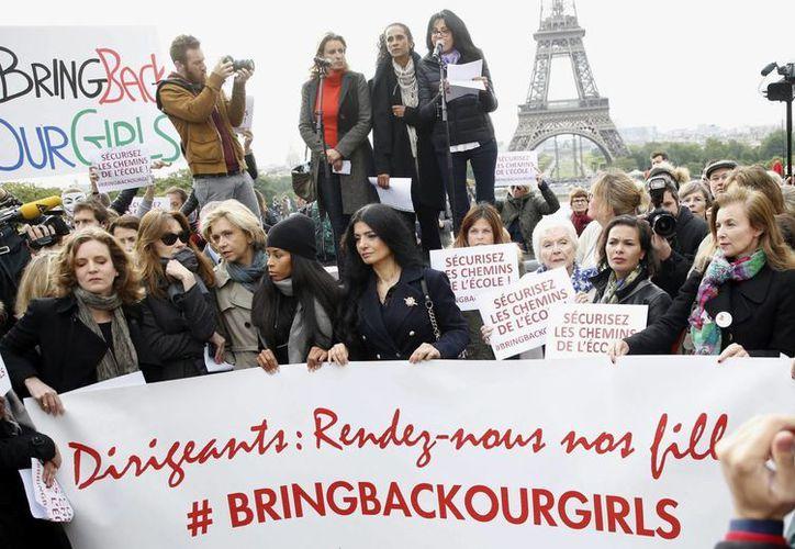 Carla Bruni (3-i) y la expareja del presidente francés, François Hollande, Valerie Trierweiler (d), en una protesta en apoyo a las 200 niñas secuestradas. (EFE)
