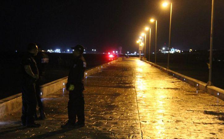 Rescatistas sacaron el cadáver de una mujer que se ahogó, frente a varios testigos, anoche, cerca del Muelle de Chocolate, en Progreso. (Gerardo Keb/SIPSE)