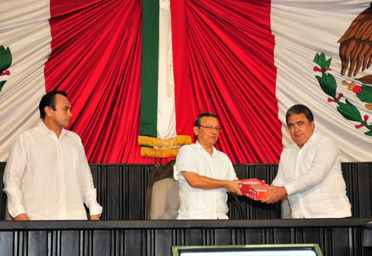 Manuel Jesús Aguilar Ortega, presidente del Congreso del Estado, recibe el informe de gobierno de parte de Gabriel Mendicuti Loría. (Redacción/SIPSE)