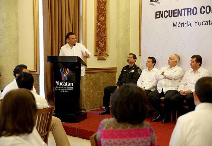 El gobernador de Yucatán, Rolando Zapata Bello, en encuentro con el sector turístico, ayer en Mérida. (SIPSE)