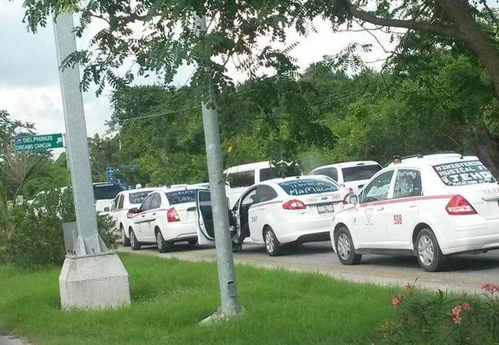 Las autoridades negaron el paso hacia Cancún a un grupo de aproximadamente 300 taxistas. (Twitter/@mauel_silvan)