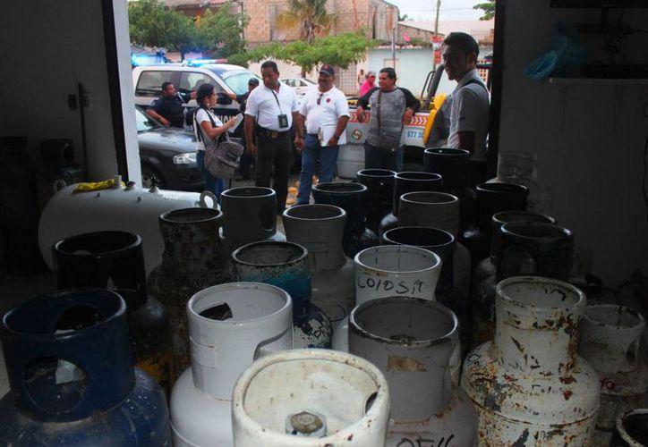 Los cilindros de gas estaban almacenados irregularmente en el edificio administrativo de una gasera. (Daniel Pacheco/SIPSE)
