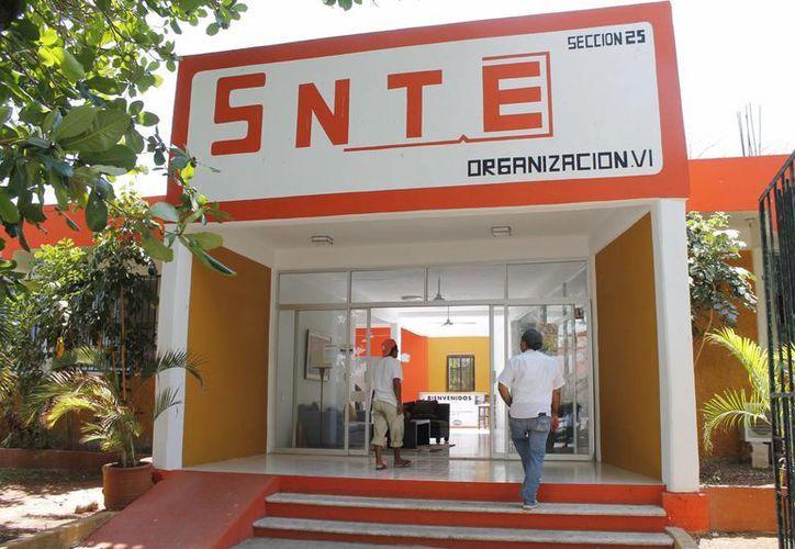 El delegado del Comité Ejecutivo Nacional del SNTE en el estado, Francisco González Zaldívar se comprometió a revisar el caso. (Jesús Tijerina/SIPSE)