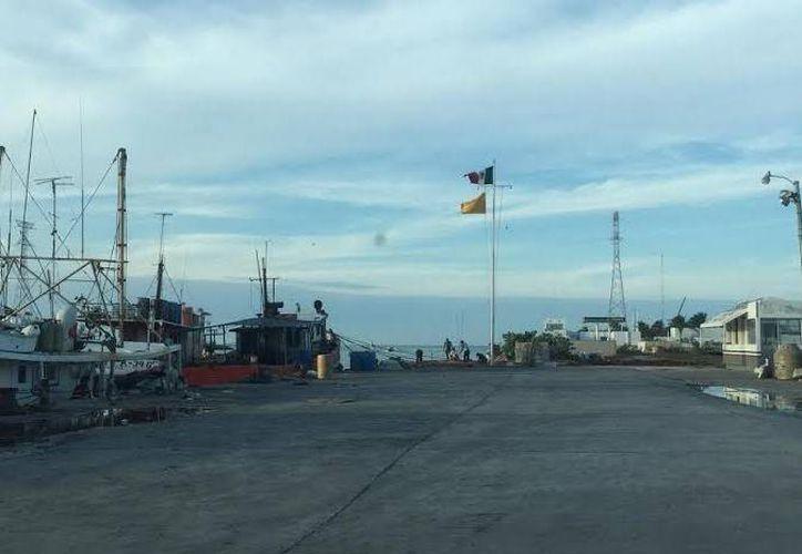 En Progreso se esperaba la llegada del barco con el cuerpo del pescador que se suicidó en alta mar. (Óscar Pérez/SIPSE)
