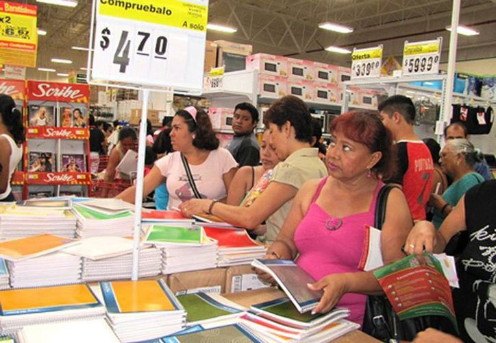 Madres de familia realizando la compra de útiles escolares. (Milenio)