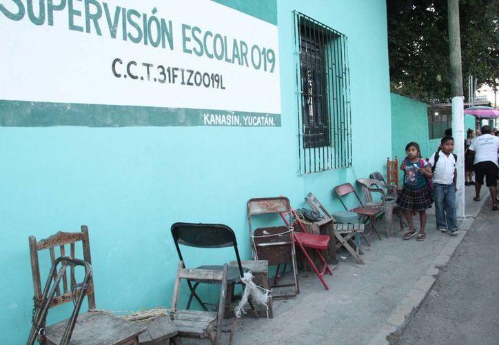 Las sillas ya aparecieron en varias escuelas de la ciudad a pesar de que las preincripciones son en febrero. (Jorge Acosta/ Milenio Novedades)