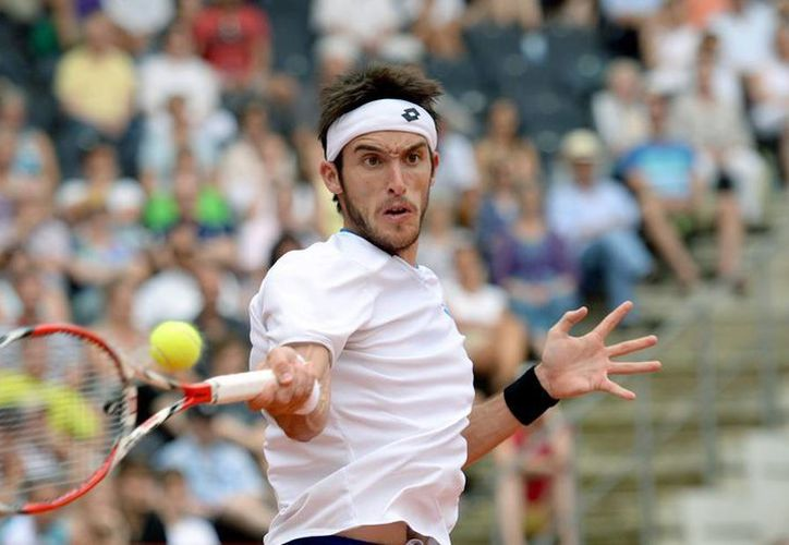 Con su victoria en Hamburgo, el argentino Leonardo Mayer se abrirá paso entre los 30 primeros tenistas del mundo y se perfila para figurar preclasificado en el Abierto de EU. (AP)