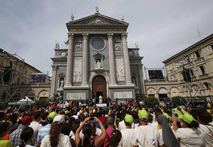 Tras visitar el Santo Sudario, el Papa dirigió un mensaje a los fieles que le esperaban afuera de la Basílica donde se guarda el lienzo. (AP)