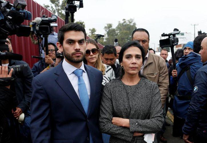 Guillermo Padrés Dagnino fue detenido por la PGR cuando acompaña a su padre, el ex gobernador de Sonora, Guillermo Padrés Elías. En la imagen aparece Padrés Dagnino junto a su madre, la señora Iveth Dagnino. (Archivo/Reuters)