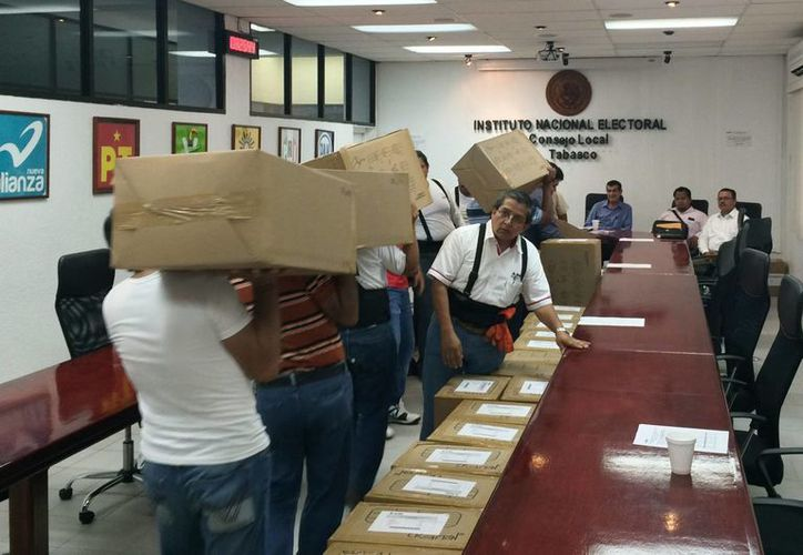 Los funcionarios de casilla reciben instrucciones especiales para el llenado de la documentación electoral. En la imagen, llegada de papalería que servirá en Tabasco para el próximo 7 de junio. (Notimex)