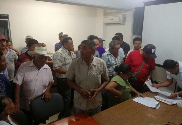 Ejidatarios de Calderitas fueron a ratificar sus firmas. (Joel Zamora/SIPSE)