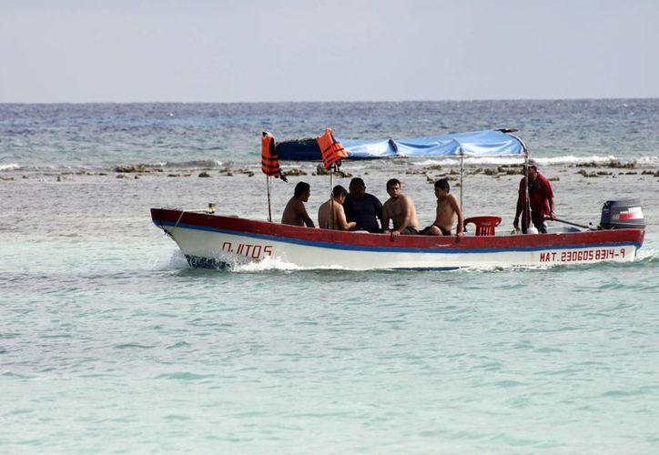 Algunas embarcaciones de la Costa Maya utilizan motores de dos tiempos, considerados como contaminantes al combustionar gasolina y aceite al mismo tiempo. (Juan Palma/SIPSE)
