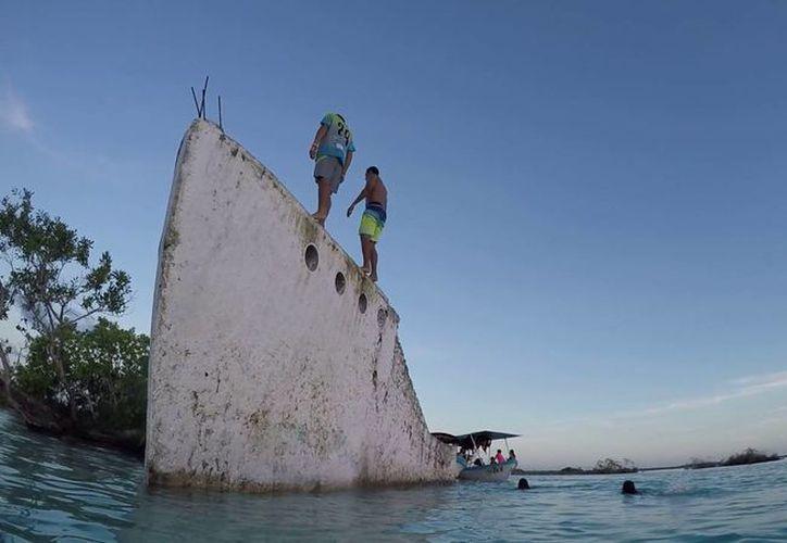 Las personas a bordo fueron rescatadas por un policía municipal en la laguna de los Siete Colores. (Foto: Contexto/Bucanero Tours)