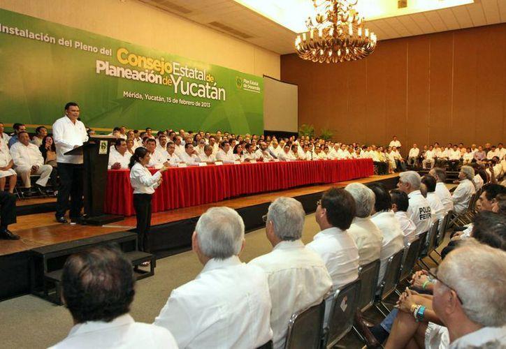 Zapata Bello instaló ayer el Consejo Estatal de Planeación de Yucatán con representantes del Gobierno, así como instituciones y sociedad civil. (Cortesía)