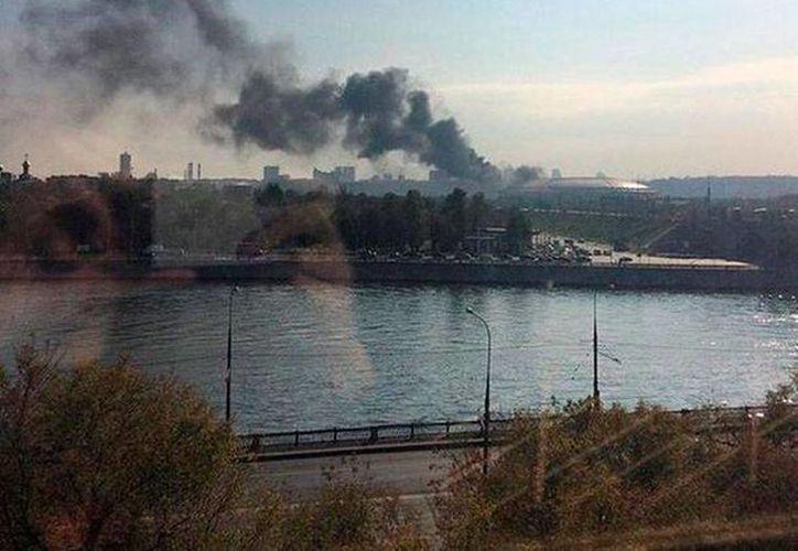 Una densa columna de humo que salí del estadio mundialista Luzhniki, EN Rusia, hizo pensar lo peor. Es la sede la final del Mundial de 2018. (Twitter: Víctor Colmenarejo (@karusito83)