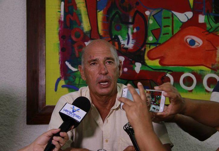 Alberto Friscione Carrascosa dijo que ha difundido el fenómeno de los tiburones dormidos. (Luis Soto/SIPSE)