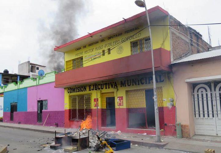 Docentes de la Coordinadora Nacional de Trabajadores de Educación, en Chiapas, incendiarion las sedes de los partidos. (Excelsior)