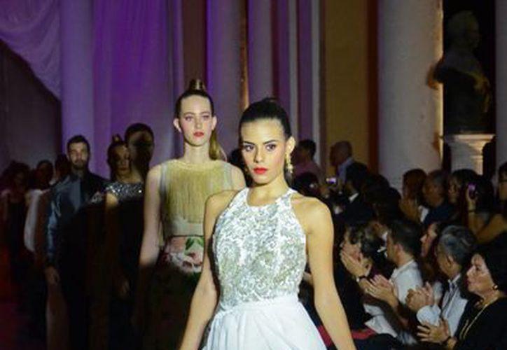 La alta costura, en gala altruista en el teatro Peón Contreras. En la imagen, una modelo que luce un vestido blanco con accesorios en filigrana. (Milenio Novedades)