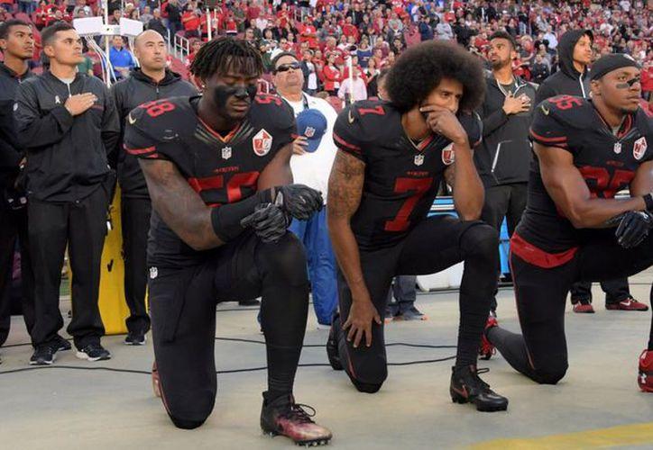 La protesta de rodillas fue iniciada por el exmariscal de campo de los 49ers, Colin Kaepernick.( Foto: T13)
