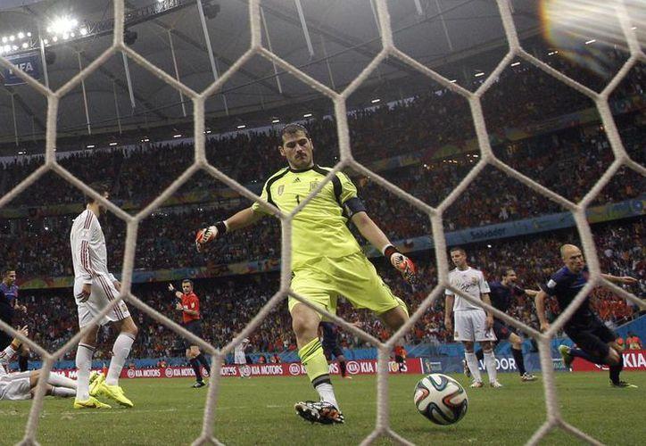 El portero de la selección española, Iker Casillas, tras recibir el segundo gol de la selección holandesa, obra de Arjen Robben (d). Lo peor estaba por venir. (EFE)