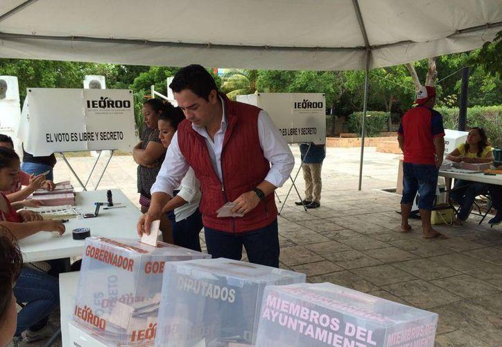 El diputado José Luis Toledo Medina votó en Playa del Carmen.  (Redacción/SIPSE)
