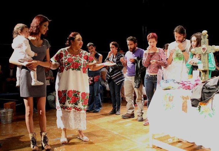 La dramaturga yucateca Conchi León y el grupo 'Sa'asTún' triunfaron en Aguascalientes con la obra teatral 'Del manantial del corazón'. (Foto cortesía del Gobiuerno de Yucatán)