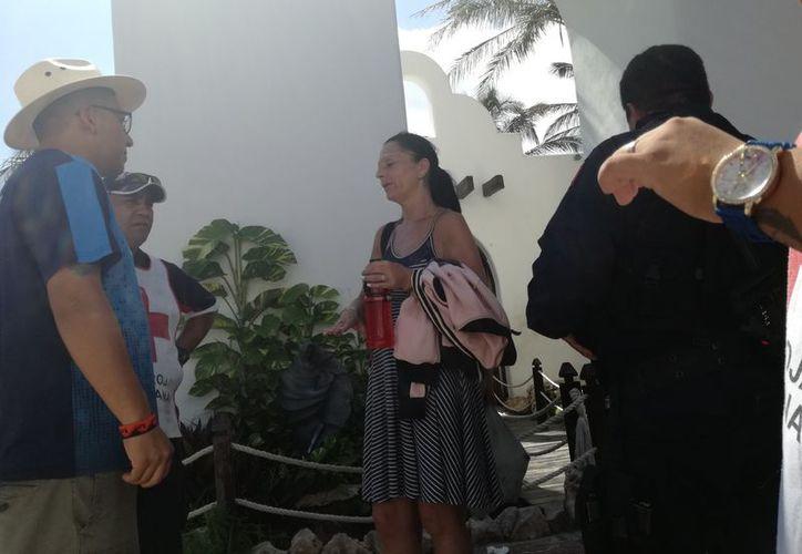 Turistas deshidratados y sin pertenencias piden auxilio en Playa del Carmen. (Foto: Adrián Barreto)