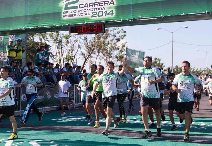 El gobernador de Yucatán, Rolando Zapata Bello, cruza la meta de la Carrera de Grupo Promotora Residencial. (Cortesía)