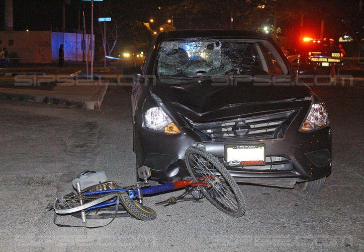 Un ciclista falleció en la av. Juan Pablo II, tras ser embestido por un automóvil. (Carlos Navarrate/SIPSE)