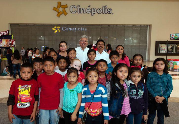 Grupo de niños de  Chacsinkín que ayer asistió a una función de cine.  (Foto: Milenio Novedades)