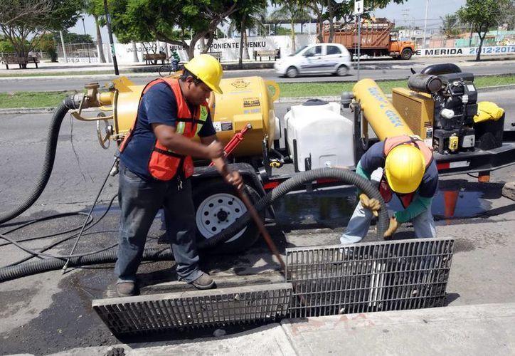 Trabajadores de la Comuna dan mantenimiento a las alcantarillas. (Milenio Novedades)