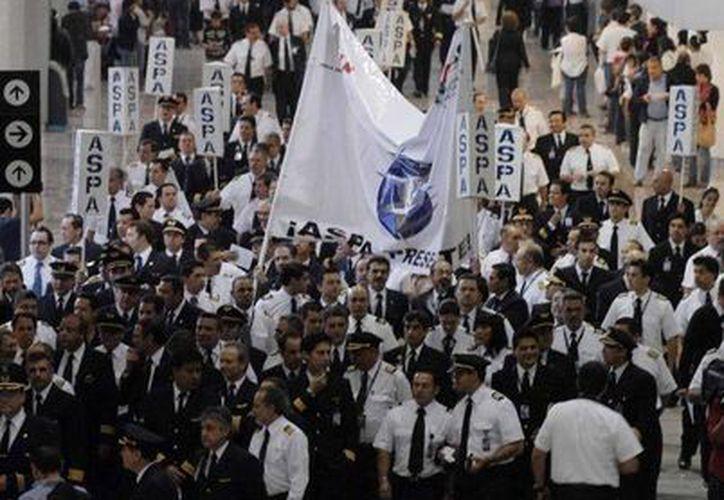 No se puede dictaminar una quiebra debido a los diversos incidentes que los sindicatos han interpuesto a lo largo de los casi 29 meses que la compañía aérea ha permanecido en tierra. (Archivo/Notimex)