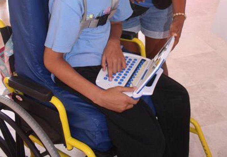 Dylan y su mamá en las instalaciones del CRIT Cancún. (Tomás Álvarez/SIPSE)