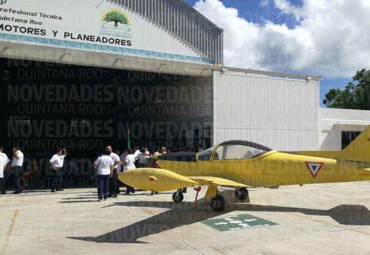 El avión fue entregado en el plantel que se localiza en el fraccionamiento Galaxias del Sol. (Eric Galindo/SIPSE)