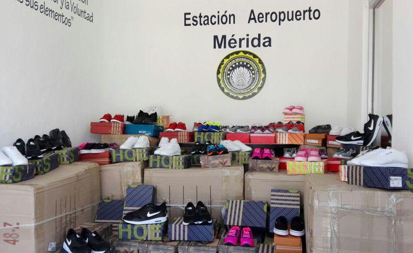 La Policía Federal decomisó más de 500 pares de zapatos tenis de diversas marcas reconocidas, en el aeropuerto de Mérida. (Cortesía)