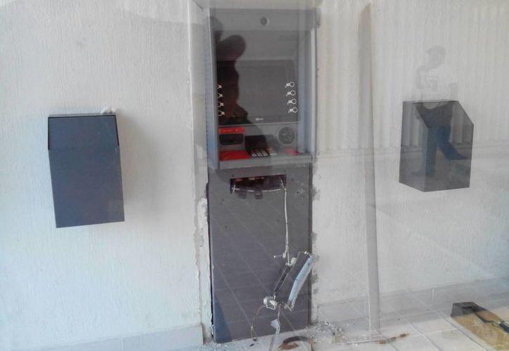 Los sujetos dañaron la estructura del cajero para intentar cometer el atraco. (Harold Alcocer/SIPSE)