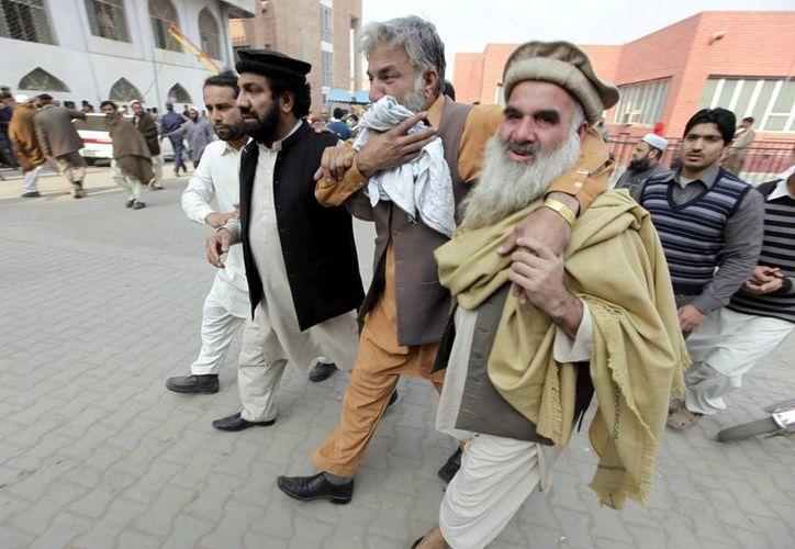 Varios padres angustiados llegan a un hospital para informarse sobre las víctimas del ataque talibán contra un colegio gestionado por el Ejército en Peshawar, Pakistán. (EFE)