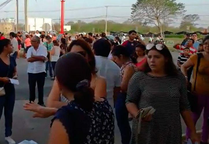 Miles de estudiantes presentaron examen para ingresar a la universidad, lo que causó que el domingo tuviera un movimiento inusitado en ciertas zonas de la ciudad de Mérida. (Jorge Acosta/SIPSE)