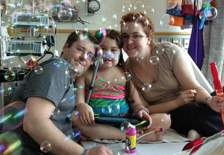 Sarah Murnaghan celebra el centésimo día de su estancia en el Hospital Infantil de Filadelfia con su padre y su madre. (Agencias)
