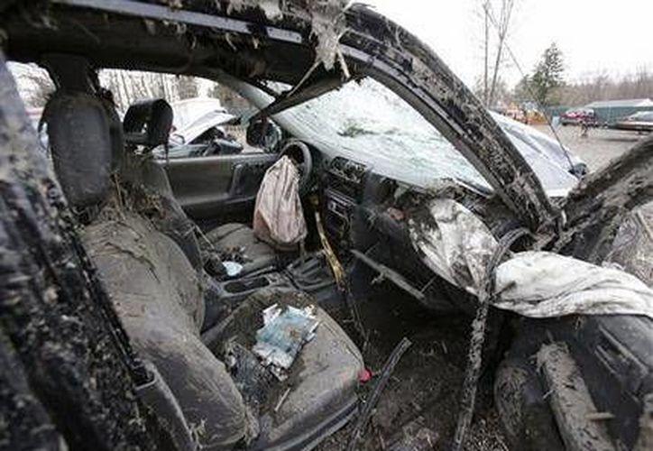 Fotografía del lunes 11 de marzo de 2013 tomada en Southington, Ohio, muestra el interior de un vehículo en el que murieron seis personas tras un choque en la madrugada del domingo en Warren, Ohio. (Agencias)