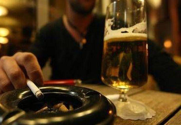 La nicotina mejora las sensaciones de placer y suprime el sueño que provoca el alcohol. (Contexto/Internet)